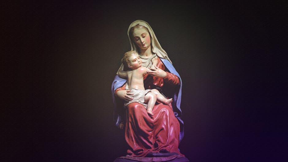 figurka Matki Boskiej zapewnia domownikom ochronę