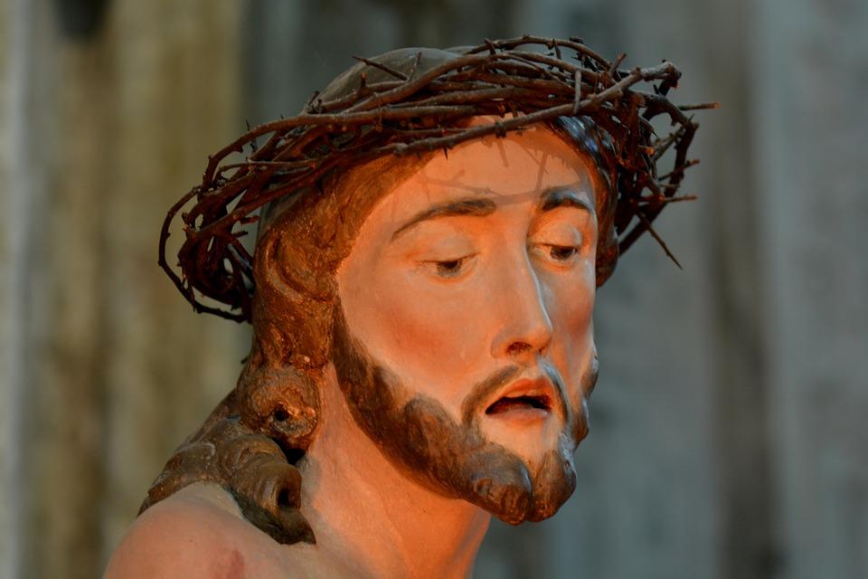 jezus cierniem ukoronowany na krzyżu za nasze grzechy
